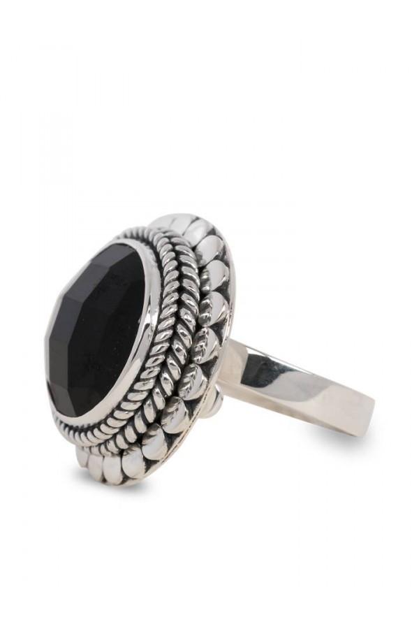 Zilveren ring met zwarte steen van Close to Zen